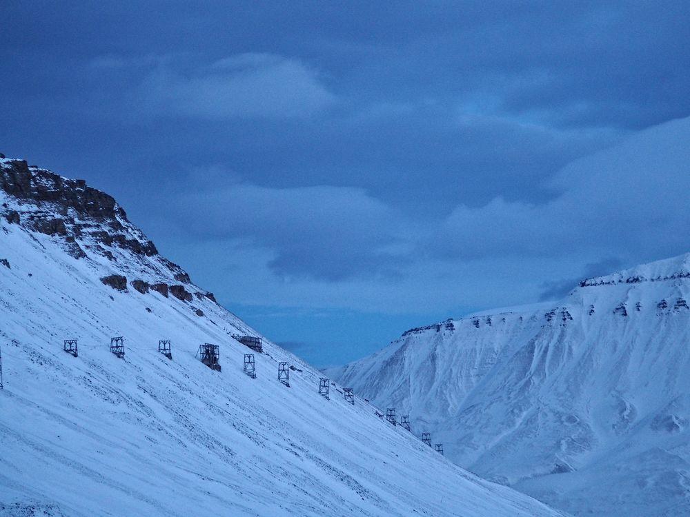 Blått så langt øyet kan se fra utkanten av Longyearbyen.