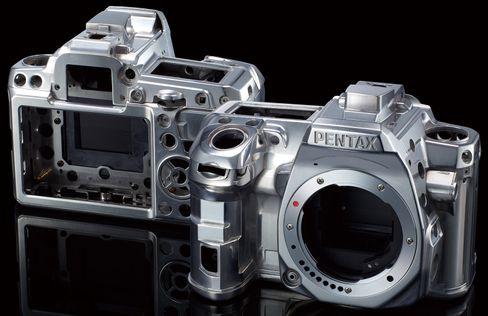 Magnesium og rustfritt stål bidrar til den solide følelsen dette kameraet gir.