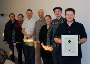 Appen Dhip vant AppLab høsten 2013. Her er de med mentorene sine.