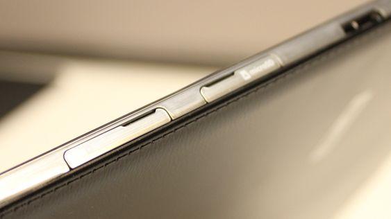 Port for minnekort og SIM-kort sitter ved siden av hverandre. .