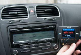Det er mulig å kjøpe overgangsløsninger. Dette er C3 fra Tiny Audio, som kan kobles til med hodetelefonplugg, Bluetooth, eller som FM-sender.