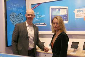 Reiseblogger Linn Krogh hansen åpnet Telenorbutikken på Oslo City. Her sammen med administrerende direktør Eivind Larsen i Telenorbutikken.