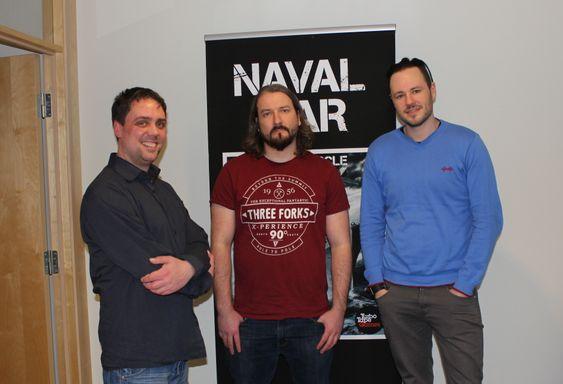 God stemning på kontoret til Turbo Tape Games. Fra venstre: daglig leder Fredrik Sundt Breien, art director Øyvind Lien og spillutvikler Espen Sæverud. (Foto: Marius Kjørmo/Gamer.no).