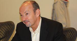Peter Moore har tro på at det digitale salget tar av. Bildet er fra et besøk hos EA Sports i Vancouver i 2010.
