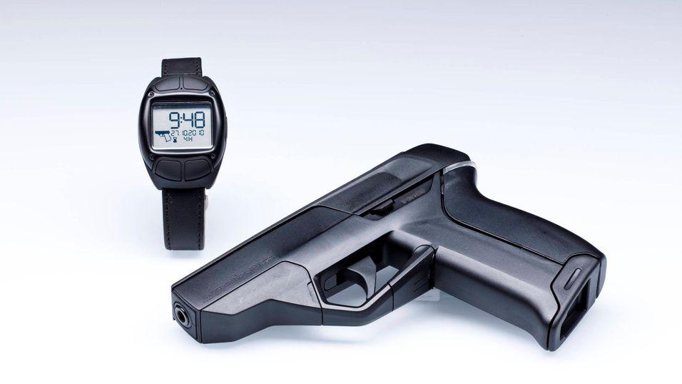 Klokken og pistolen i ett bilde.