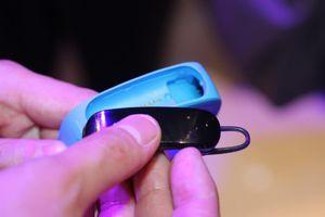 Treningsarmbåndet teller skrittene du går, og kan også fungere som trådløs øreplugg.