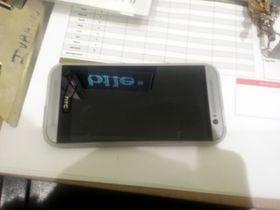 Fra forsiden likner denne telefonen litt på dagens HTC One Mini. Vi vet ikke helt om rammen rundt er en del av telefonens design, eller om den har et deksel på seg.