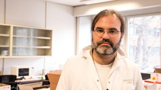 Ved Universitetet i Oslos Institutt for biovitenskap forsker Dirk Linke på mye forskjellig som har med bakterier å gjøre. Han vil nå hjelpe oss å finne ut hvor mye slikt som lurer på elektronikken vår.