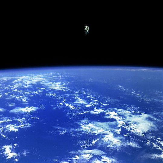 Her er astronauten Bruce McCandless farlig langt unna skipet sitt.  .