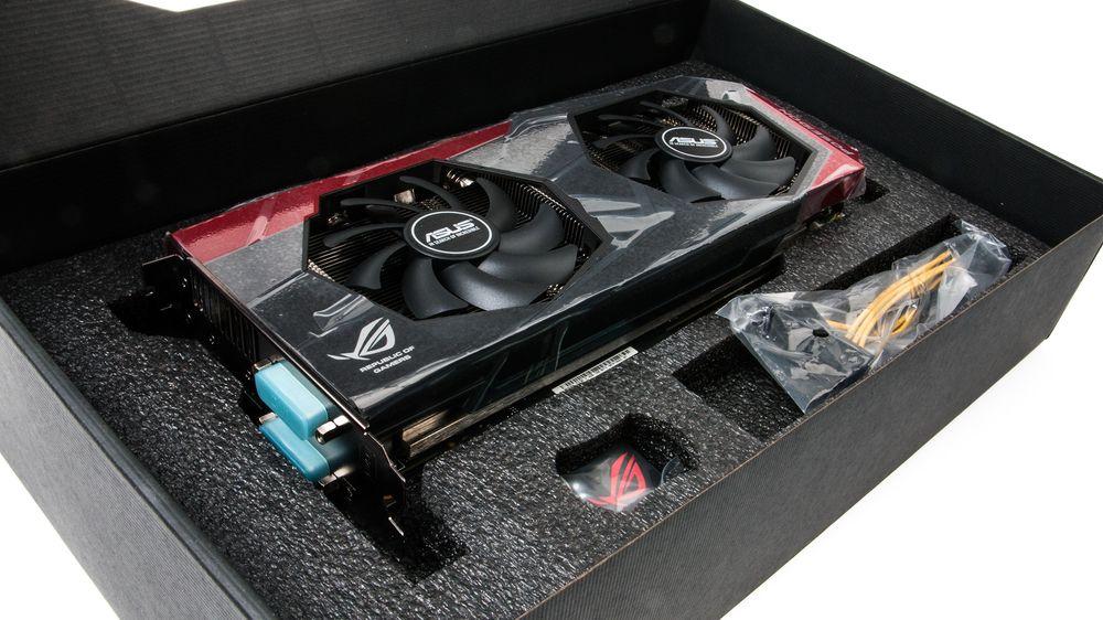 ROG Poseidon Platinum kommer med en liten strømkabel og et ROG-klistremerke til kabinettet.