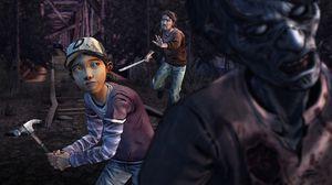 Clem angriper mann i Halloween-maske.