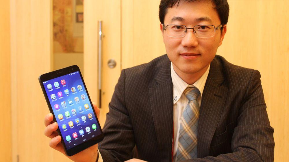 Jerry Huang i Huawei med MediaPad X1. Denne mobiltelefonen har en skjerm som måler 7 tommer.