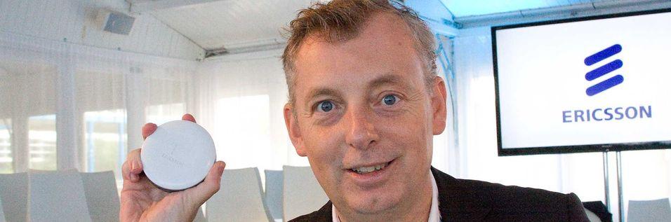 Teknisk direktør Ulf Ewaldsson i Ericsson ønsker strengere kapasitetskrav fra myndighetene til mobiloperatørene. Her viser han fram en del av deres kommende løsning for innendørsdekning, småcellen Radio Dot.