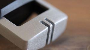 Mikrofonen er plassert i en liten aluminiumsbøyle.