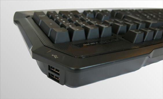 To USB 2.0 porter har fått sin plass på høyresiden av tastaturet. .
