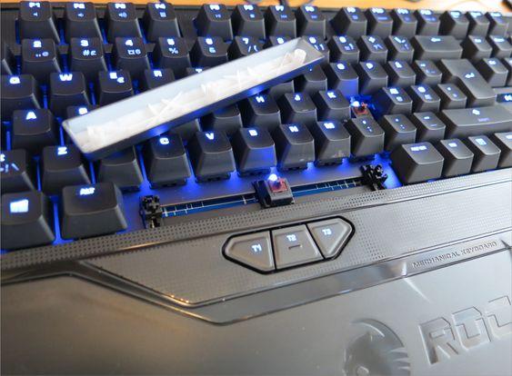 Cherry MX Brown-bryterne har hver sin egen LED, som lyser i velkjent blåfarge.