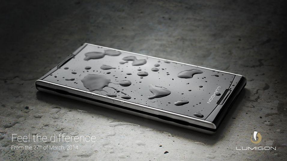Lumigons nye smartmobil ligner på den gamle, men er en helt ny telefon. Som bildet røper har den fått en «nanocoating» som skal gjøre den vanntett.