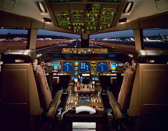 Det kreves mye ekspertise for å finne frem i cockpit på et Boeing 777-fly.