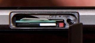 Resetknappen på Xperia Z1 Compact.