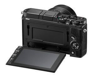 Nikon 1 V3 har skjerm som både er vippbar og berøringsfølsom, et genialt konsept vi elsker ved digitalkameraene.