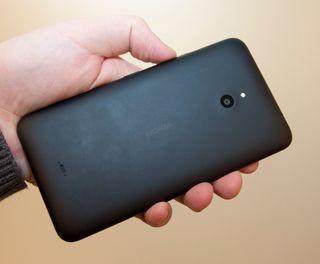 Det er ikke så voldsomt mye å si på designen til Lumia 1320. Den har nemlig svært lite utsmykking, og ser nesten ut som prototypen på en firkantmobil med skjerm.