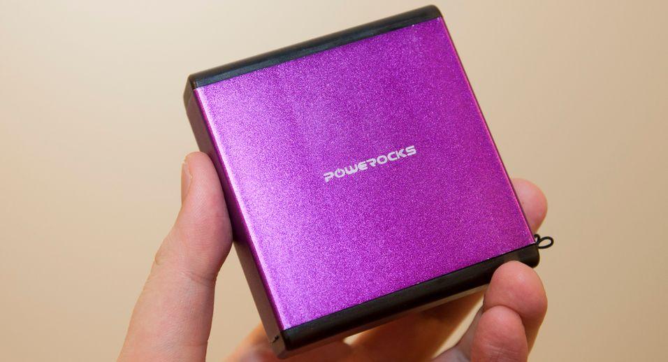 Powerocks Magic Cube kommer i flere forskjellige farger, og rommer mange ladinger av en vanlig mobiltelefon.