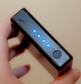 Diodene viser hvor mye strøm du har igjen, og knappen lar deg skru på ladingen.
