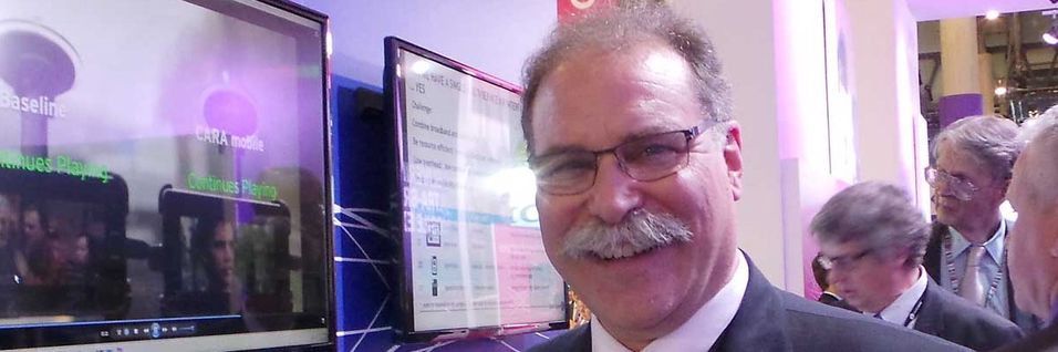 Forskningssjef for trådløse produkter i Alcatel-Lucents Bell Labs, Tod Sizer viste under Mobile World Congress fram en enkel innretning for å forbedre kjøling av teleutstyr.