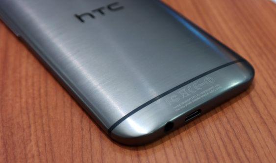 HTC One M8 - bunn. Detaljene er viktige for HTC. Høyttalerutgangen sitter i bunnen.