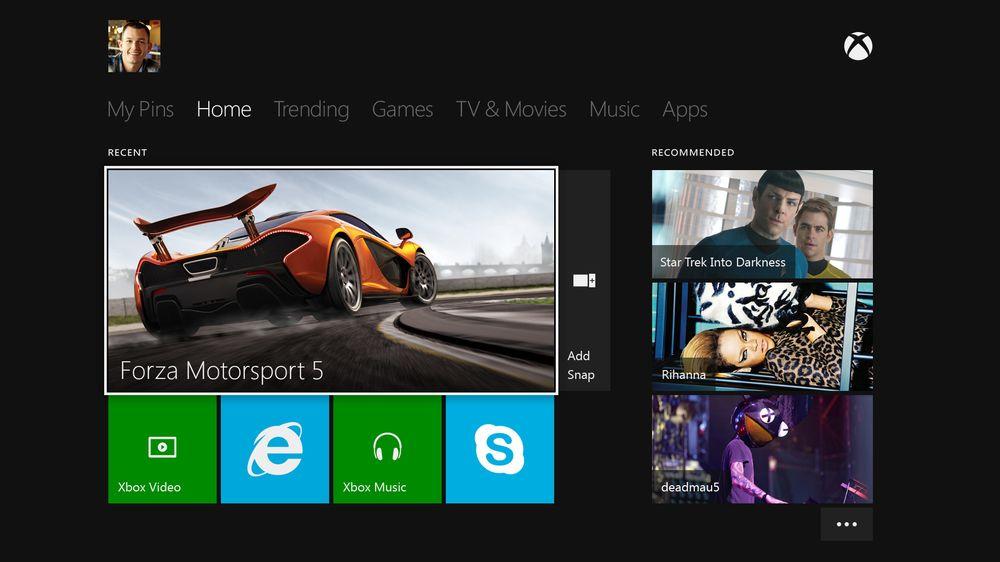 Xbox One har et stilrent brukergrensesnitt, med kjente elementer fra Windows 8. Konsollen kan også styres fra nettbrett via Xbox Smartglass.
