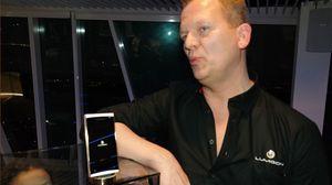 Lumigonsjef Lars Gravesen med T2 HD i gull. Denne versjonen er primært ment for rike asiater.