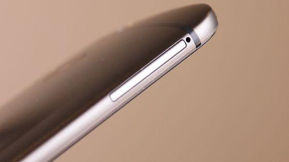 Luken er stor nok til to Nano-SIM-kort ...