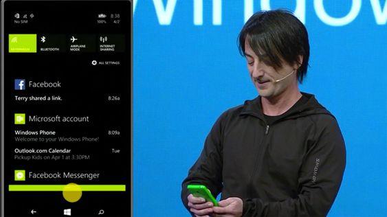 Joe Belfiore i Microsoft viser frem det nye varslingssenteret.