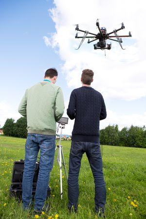Du må ha dronen i syne hele veien.
