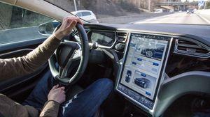 Inne i bilen ser du alt du trenger å viste på en gigantisk stor skjerm i dashbordet. .