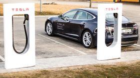 Teslas egne ladestasjoner, har såkalte superladere, og lader mye raskere enn vanlige ladestasjoner.