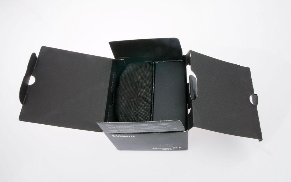 Vi bretter esken helt ut, og der at den er todelt. Til venstre ligger kameraet i en filtpose, til høyre ligger det en pappeske som inneholder alt tilbehøret.