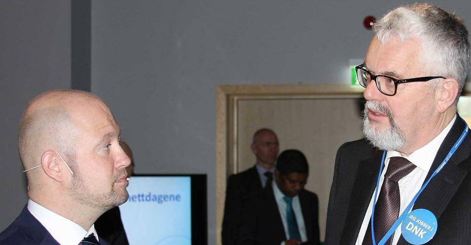 Justis- og beredskapsminister Anders Anundsen i samtale med direktør Tor Helge Lyngstøl i Direktoratet for nødkommunikasjon i samtale under Nødnettdagene 2014.