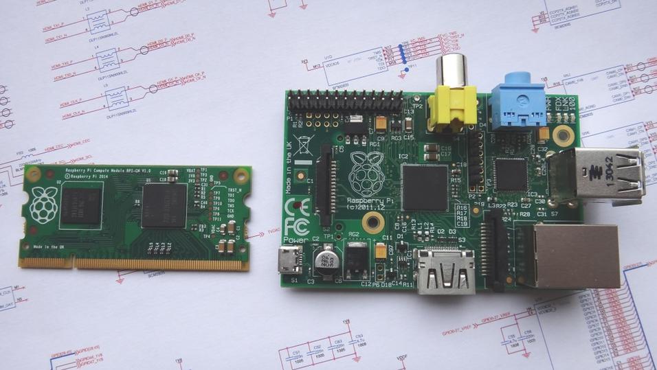 Raspberry Pi Compute Module (t.v.) ved siden et vanlig Raspberry Pi-kort.