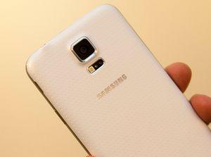 Den perforerte baksiden på Samsung Galaxy S5 er blitt sammenlignet med et plaster.