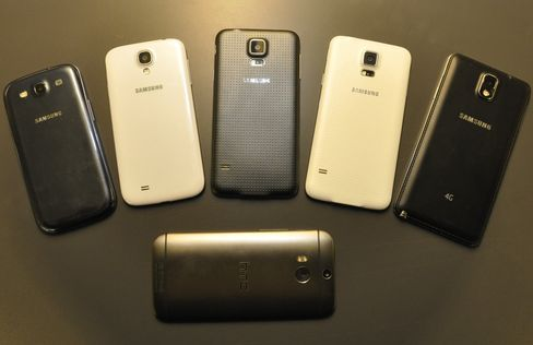 Fra venstre; Galaxy S3, Galaxy S4, Galaxy S5 i to ulike farger, og Galaxy Note 3. Nederst - utfordreren One (M8) fra HTC.