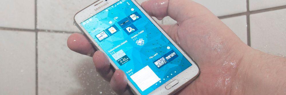 Du kan ta med Galaxy S5 i dusjen uten at det byr på problemer.