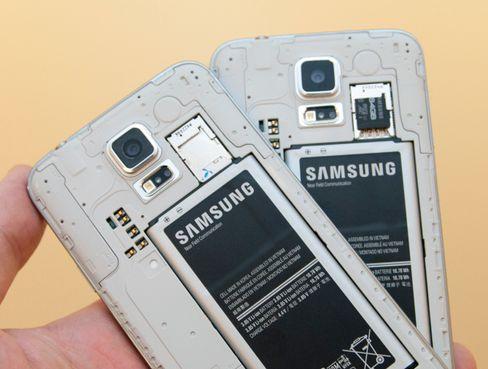 Under batteridekselet er det plass for Micro-SIM og minnekort.