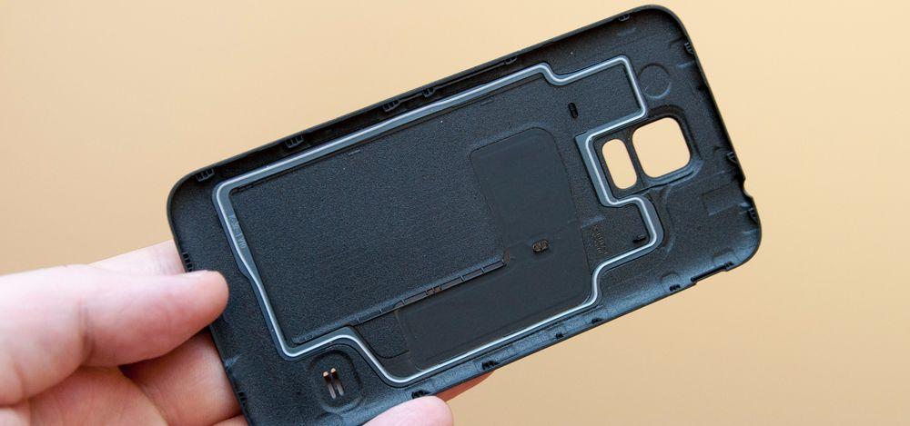 Pakningen på undersiden av bakdekselet avslører at Galaxy S5 er vanntett.