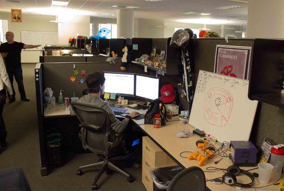 De ansatte i Carbine Studios sitter i mørket og finpusser på Wildstar. (Bilde: Håvard Hofstad Ruud/Gamer.no).