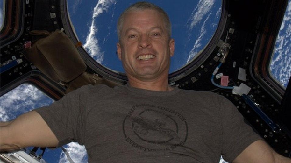 Astronaut  Steven R. Swanson med selfie-bilde fra ISS.