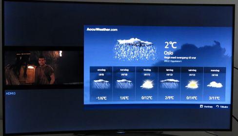 Med delt skjerm kan du for eksempel sjekke været samtidig som filmen du ser på ruller i bakgrunn. Her kan du også se to programmer samtidig om du tar  i bruk begge kortleserne i TV-en.