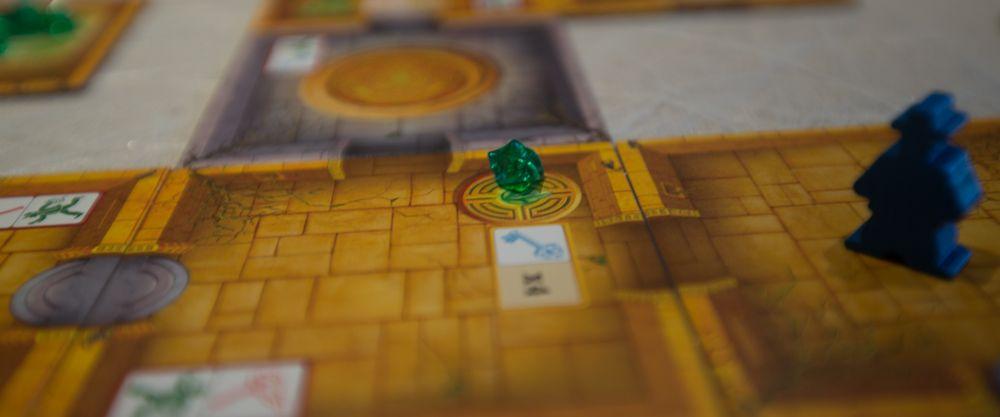 Den blå spilleren har sørget for å plassere ut en krystall underveis i utforskningen.