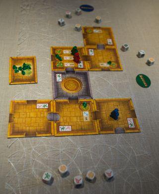 Mayatempelet begynner å ta form mens spillerene utforsker omgivelsene.