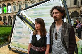 Skaperne bak Urban Algae Canopy, Claudia Pasquero (v.) og Marco Poletto, foran kreasjonen sin.